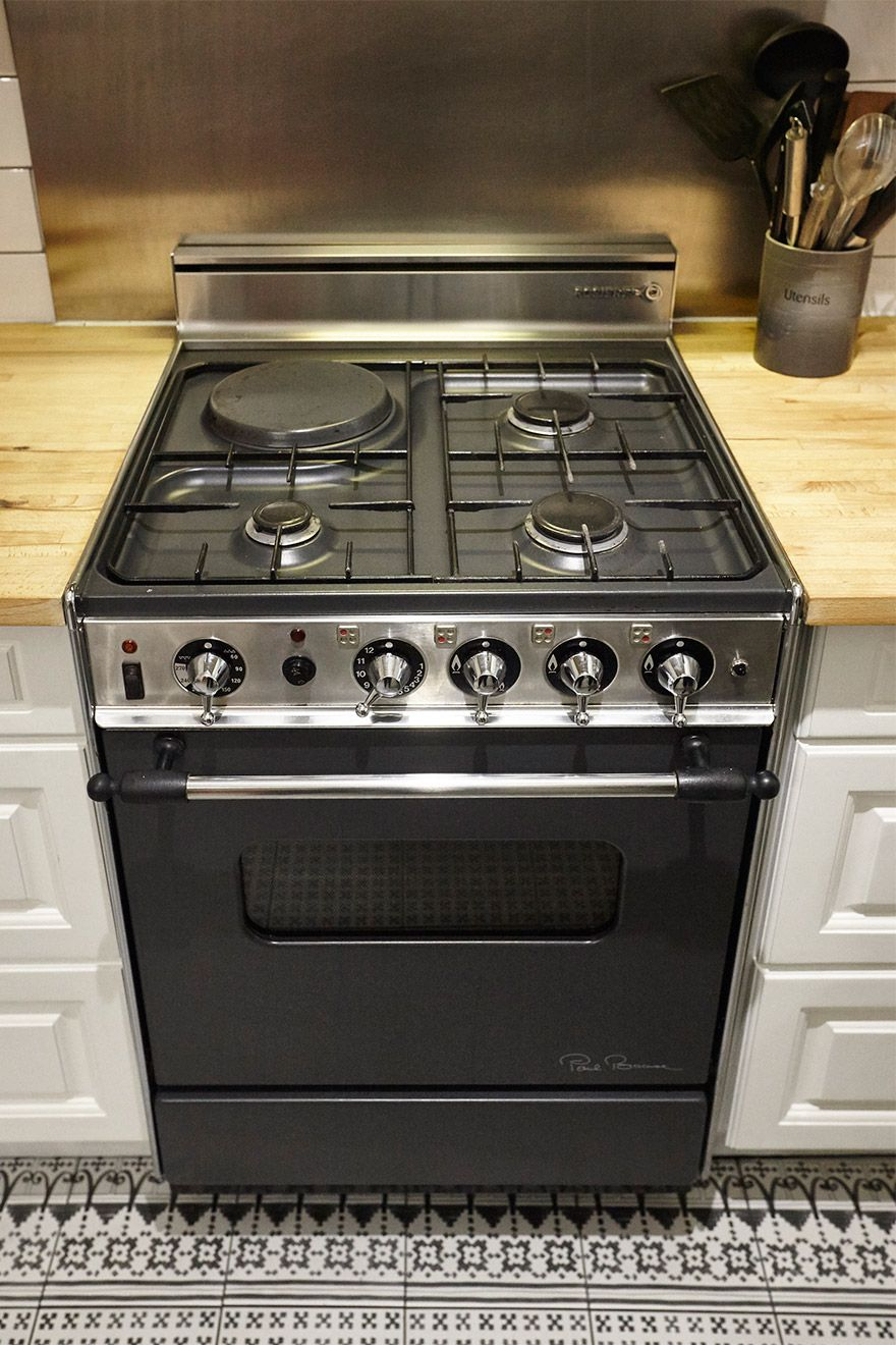 Gas oven in kitchen of the MacDonald vacation rental offered by London Perfect