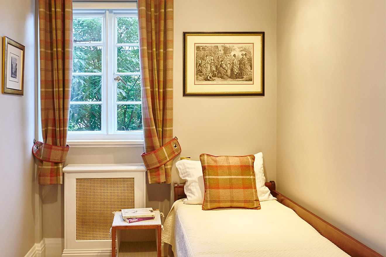 Single bed in third bedroom of the MacDonald vacation rental offered by London Perfect
