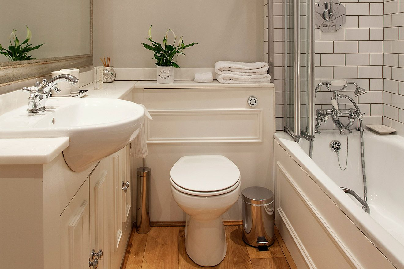 Convenient second bathroom in the Austen vacation rental offered by London Perfect
