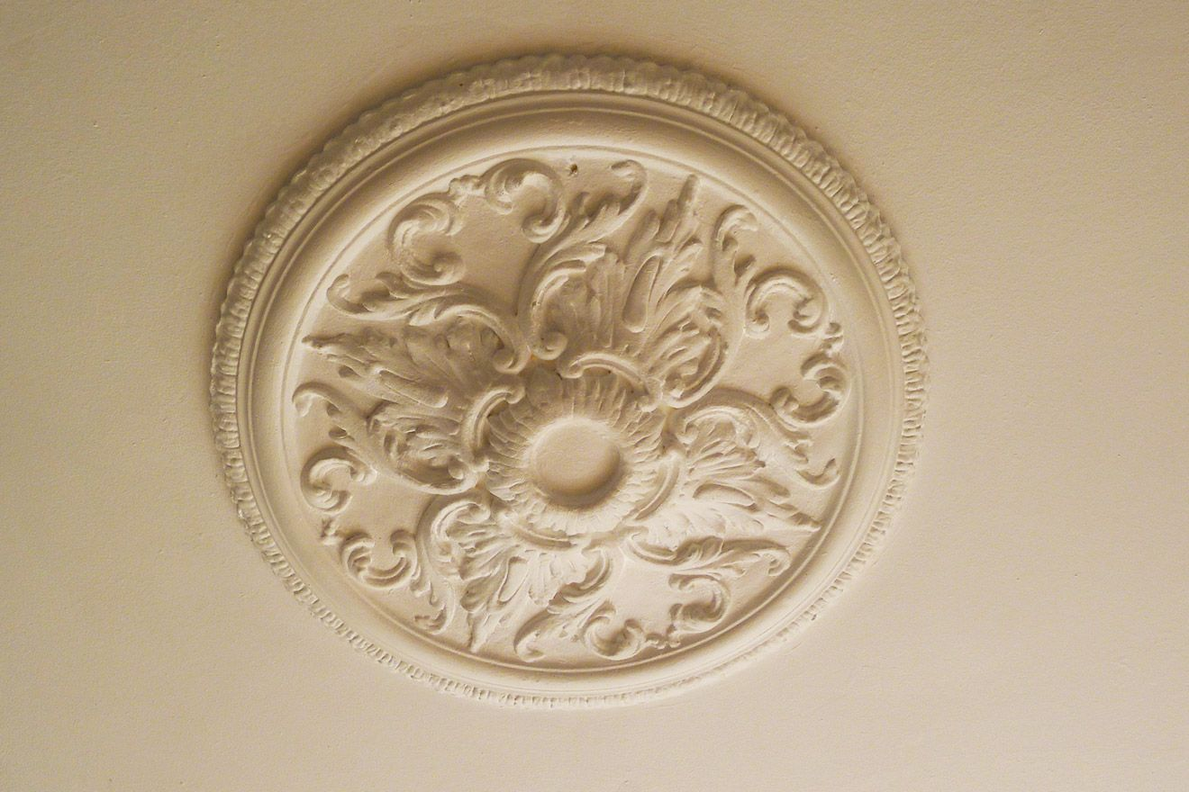 Classic ceiling Rosette in the Austen vacation rental offered by London Perfect