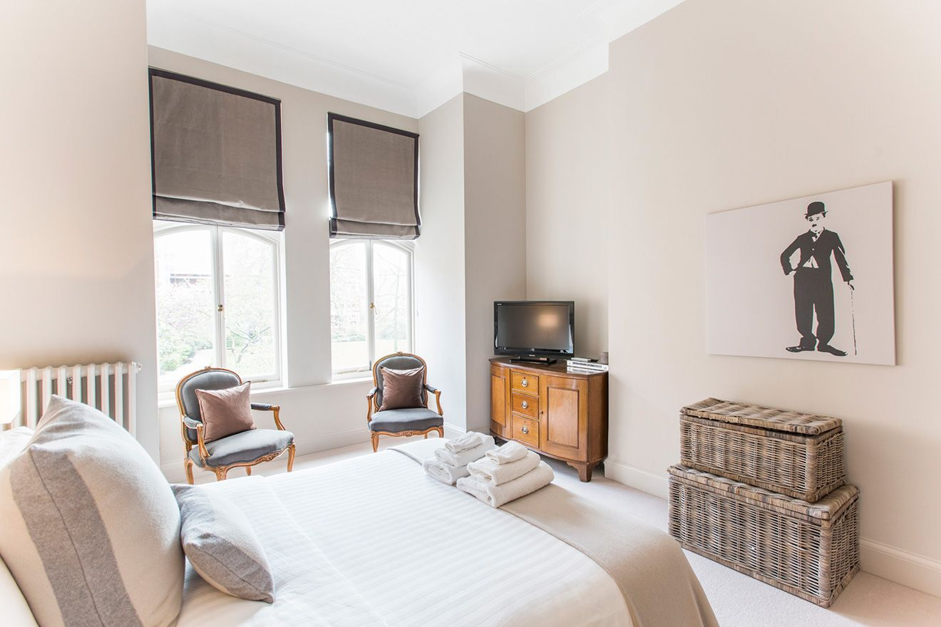 The luxurious first bedroom of the Sloane vacation rental offered by London Perfect
