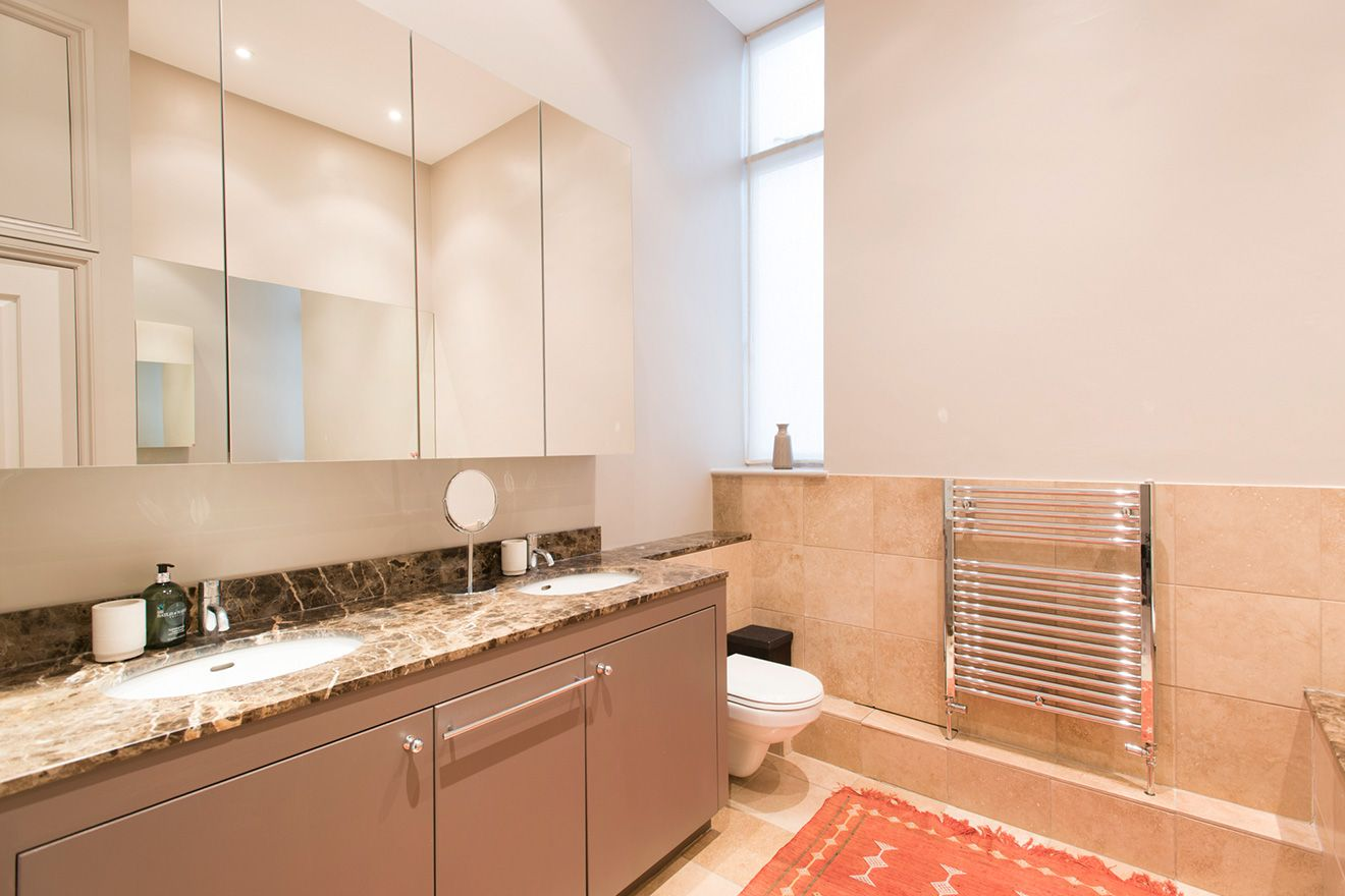 First bathroom of the Sloane vacation rental offered by London Perfect