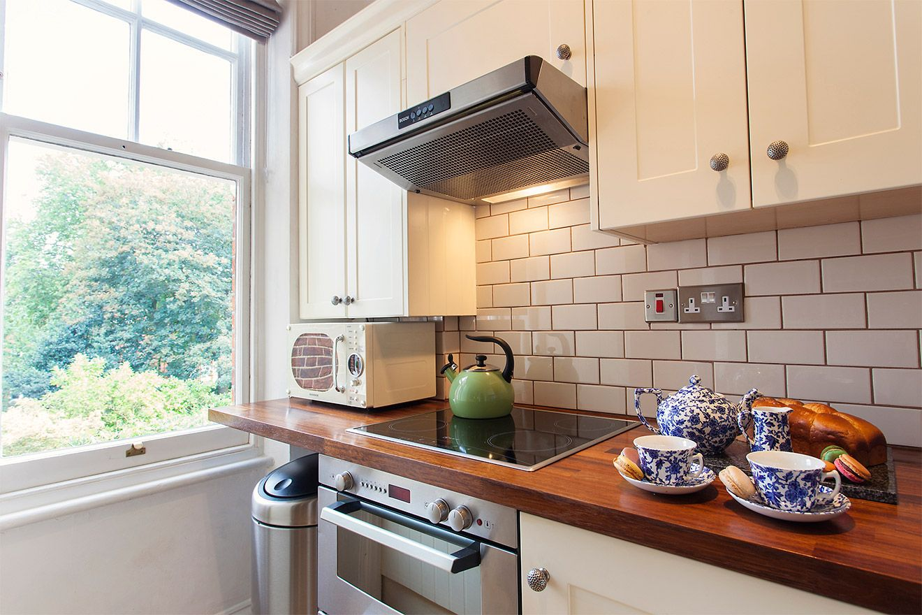 Modern kitchen with garden view in the Austen vacation rental offered by London Perfect