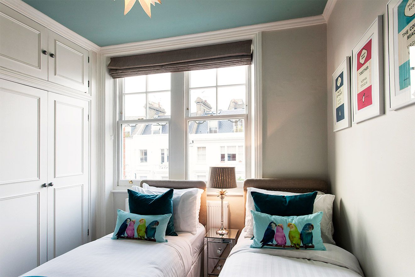 Bright bedroom with two single beds in the Austen vacation rental offered by London Perfect