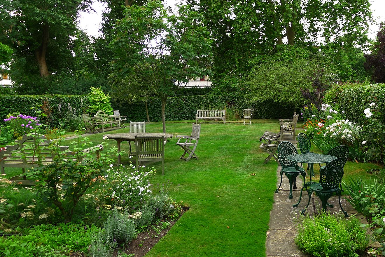 Quiet garden with lots of seating in the Austen vacation rental offered by London Perfect