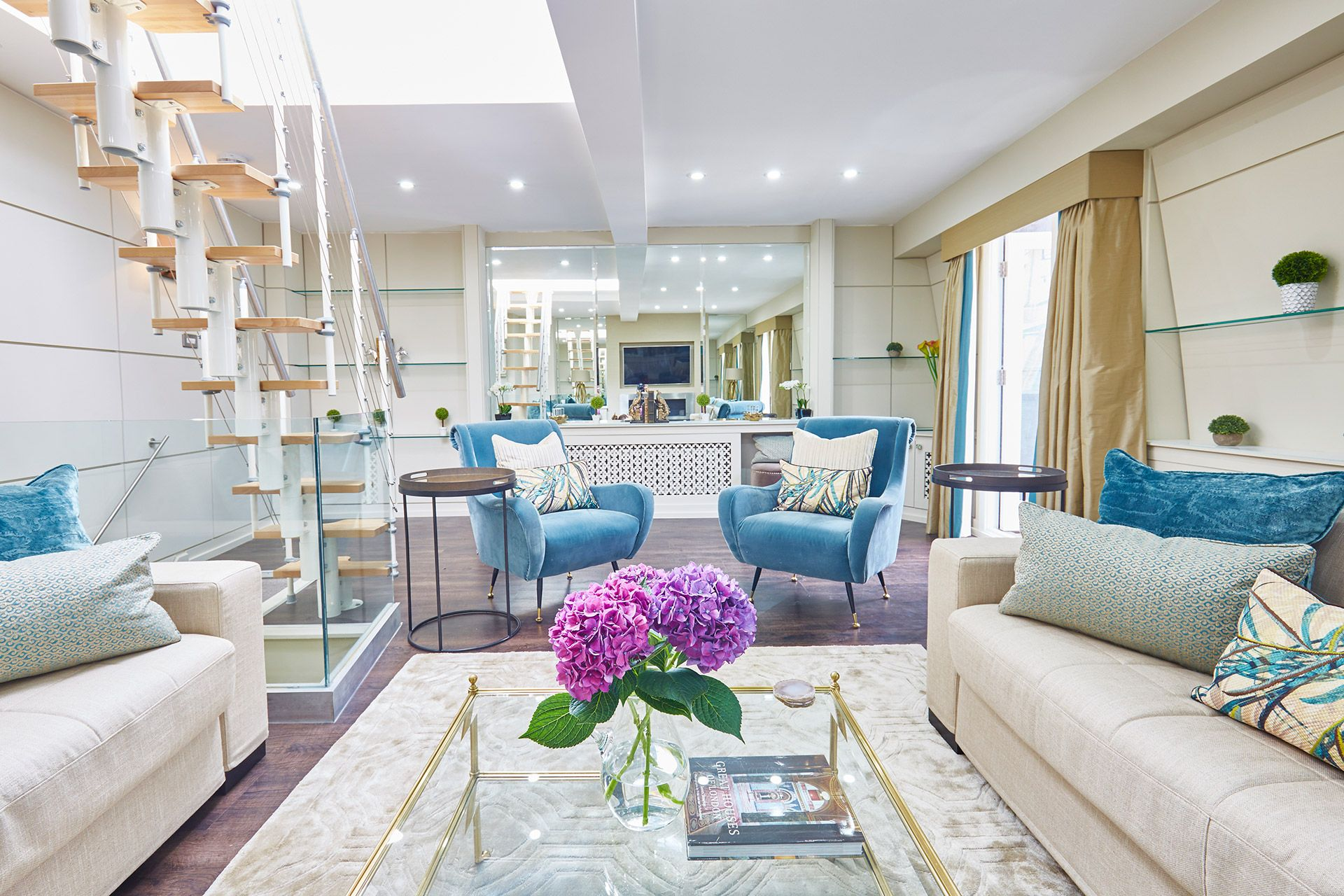 Spacious living area of the Danebury vacation rental offered by London Perfect