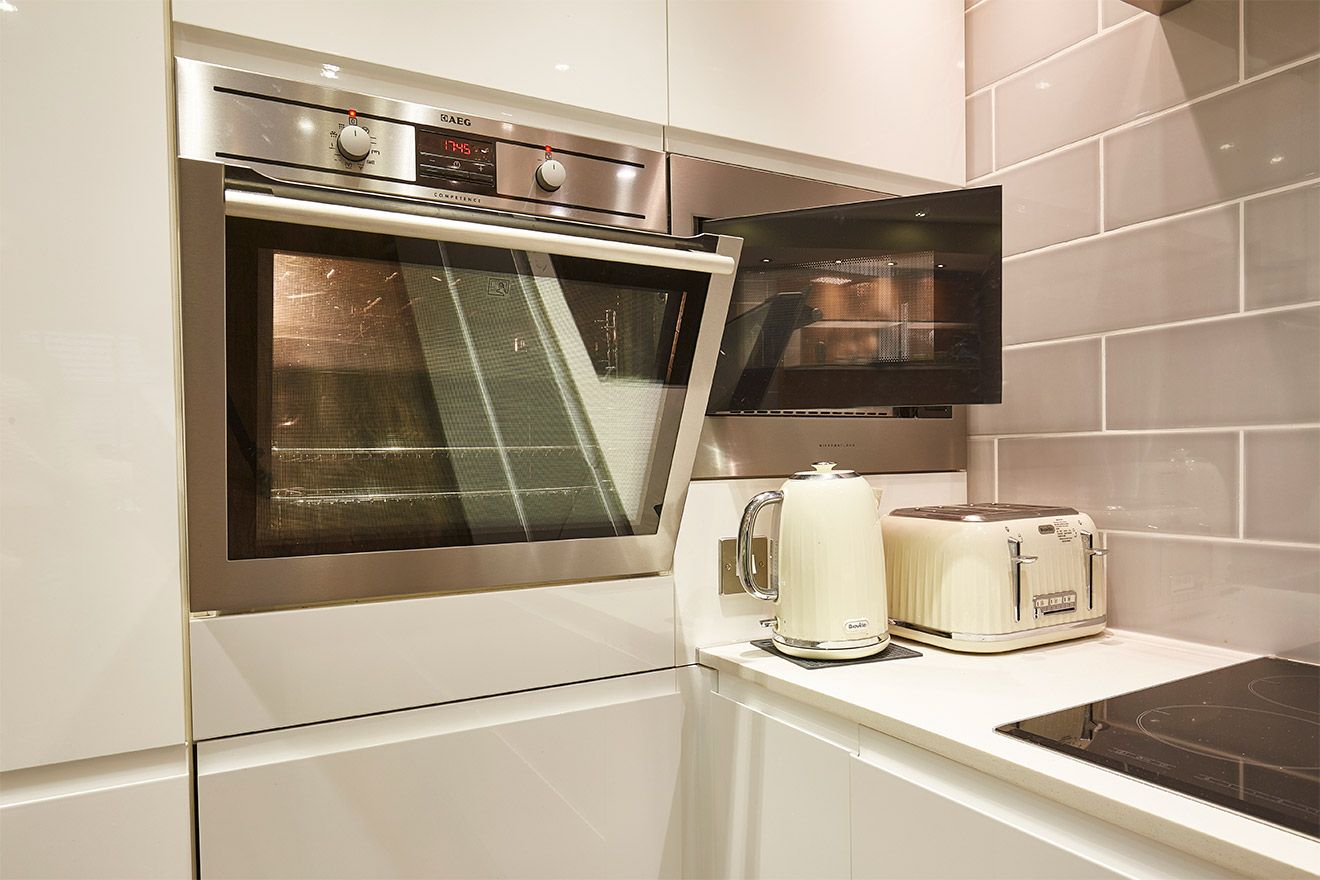 High end oven and microwave in the Danebury vacation rental offered by London Perfect