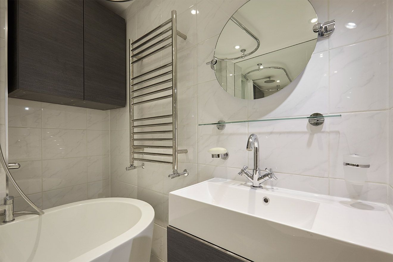 Bright and clean second bathroom of the Danebury vacation rental offered by London Perfect