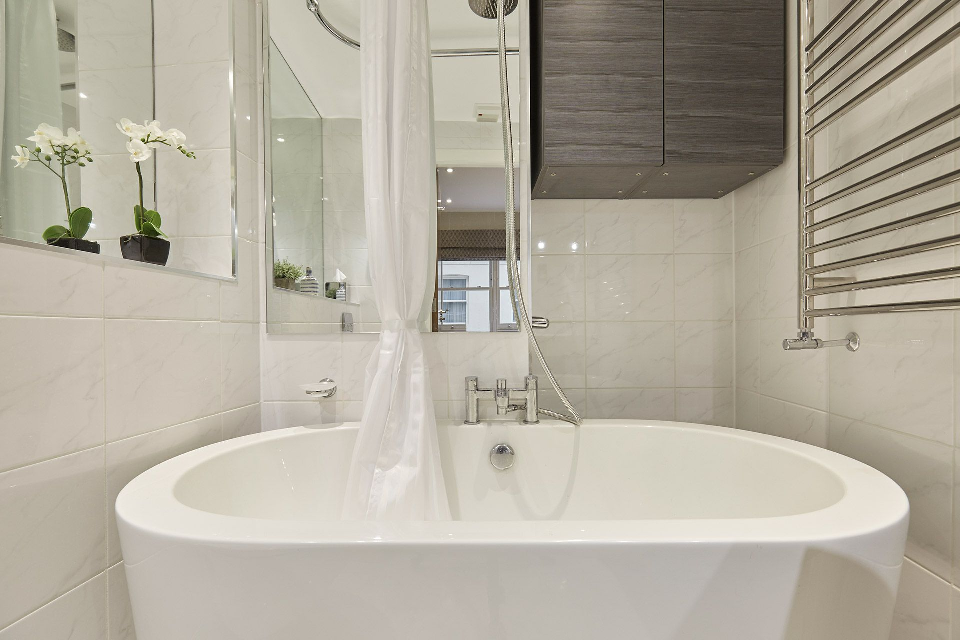 Glorious bathtub in the Danebury vacation rental offered by London Perfect