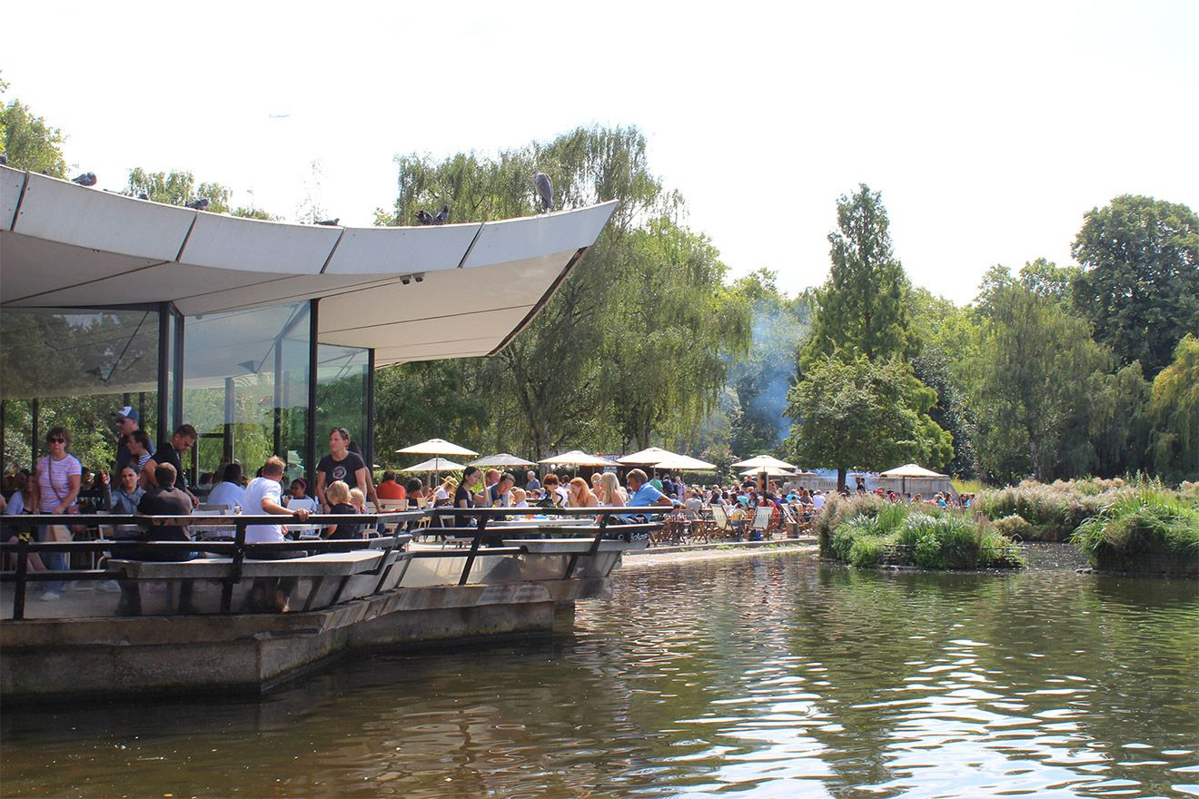 A sunny cafe near the lake at Hyde Park