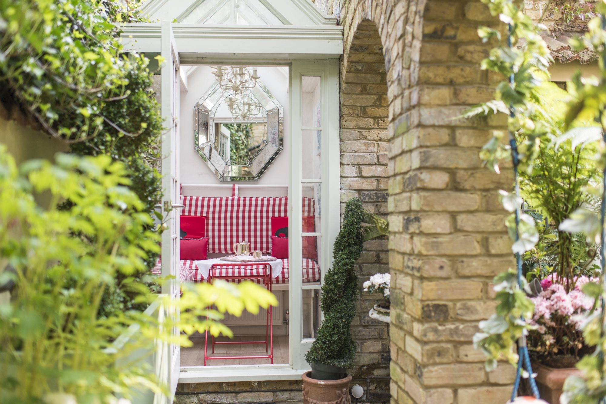 Delightful glass conservatory of the Cornwall vacation rental offered by London Perfect