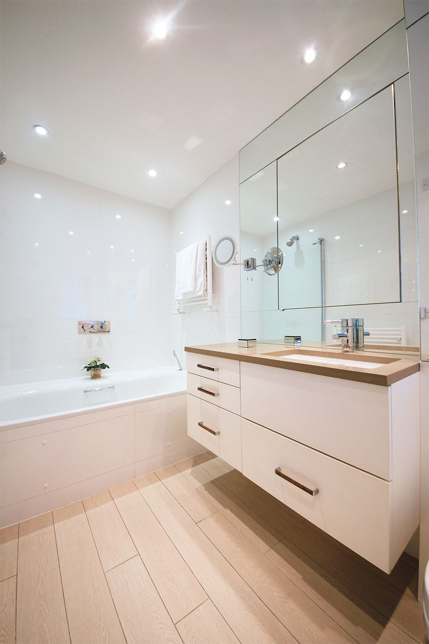 First en suite with bathtub-shower, toilet and sink in the Christchurch vacation rental