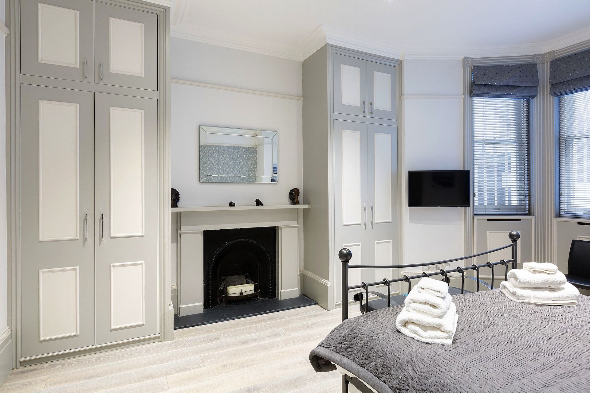 First bedroom of the Coleherne vacation rental offered by London Perfect