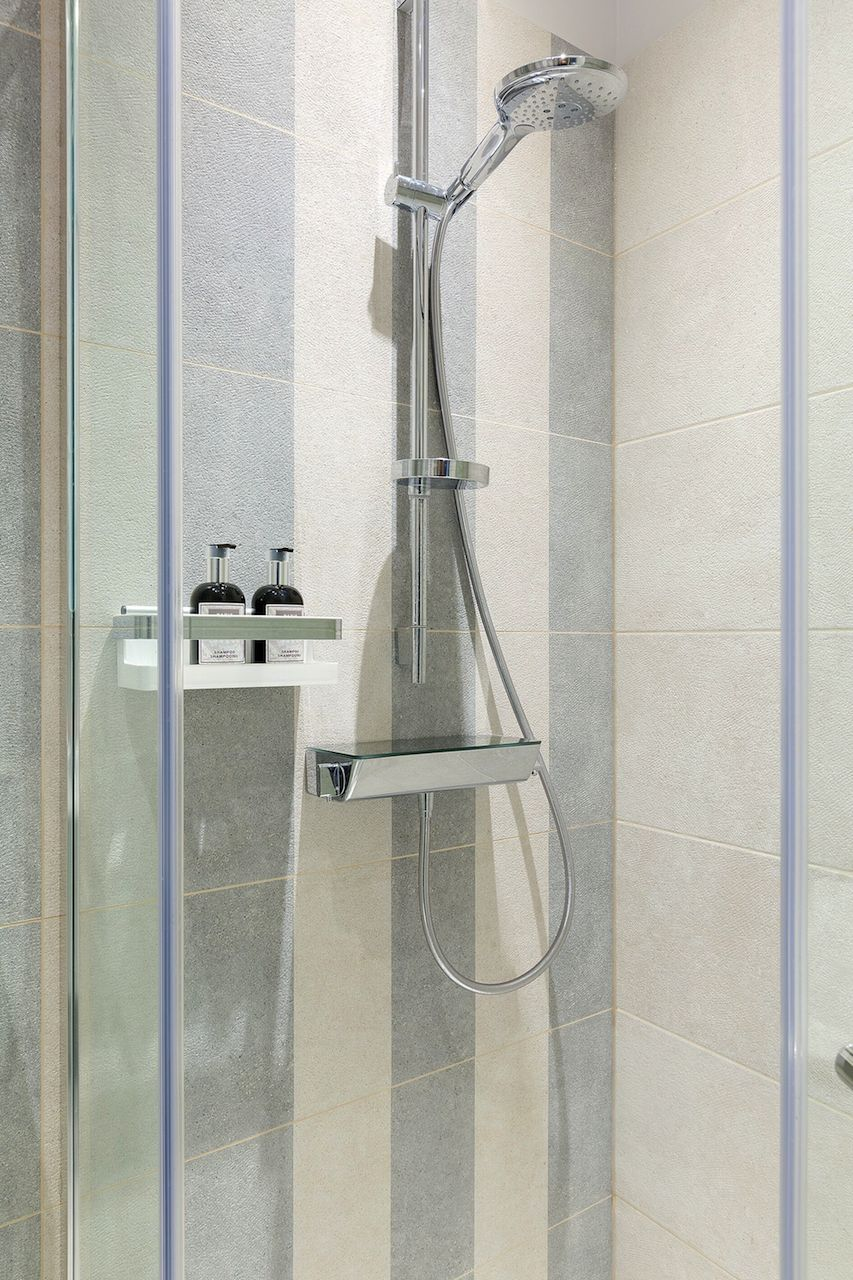 Shower in the en suite of the Coleherne vacation rental offered by London Perfect